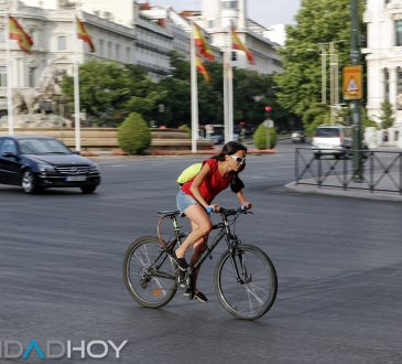 Desplazamientos. Ciclistas y coches en Madrid